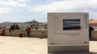 Vue sur Marseille, au fond on aperçoit Notre-Dame de la Garde.
