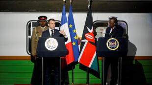 Le président français Emmanuel Macron et son homologue kenyan Uhuru Kenyatta, lors de leur conférence de presse à la gare centrale de Nairobi, le 13 mars 2019.