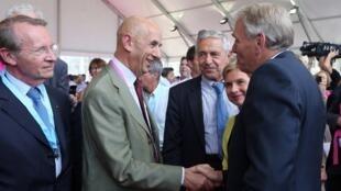 Louis Gallois (C) aux côtés de Jean-Marc Ayrault (D) et de Laurence Parisot lors de l'université d'été du Medef à Jouy-en-Josas, le 29 août 2012.