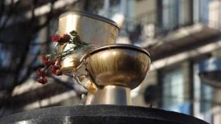 Золотой унитаз на постаменте снесенного памятника Ленину в Киеве