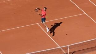 Roger Federer durante su estreno en Roland Garros 2021 el 31 de Mayo.