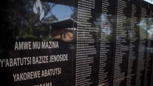 Les noms des victimes du génocide au Rwanda de 1994 au Mémorial du génocide de Ntarama, à Kigali.