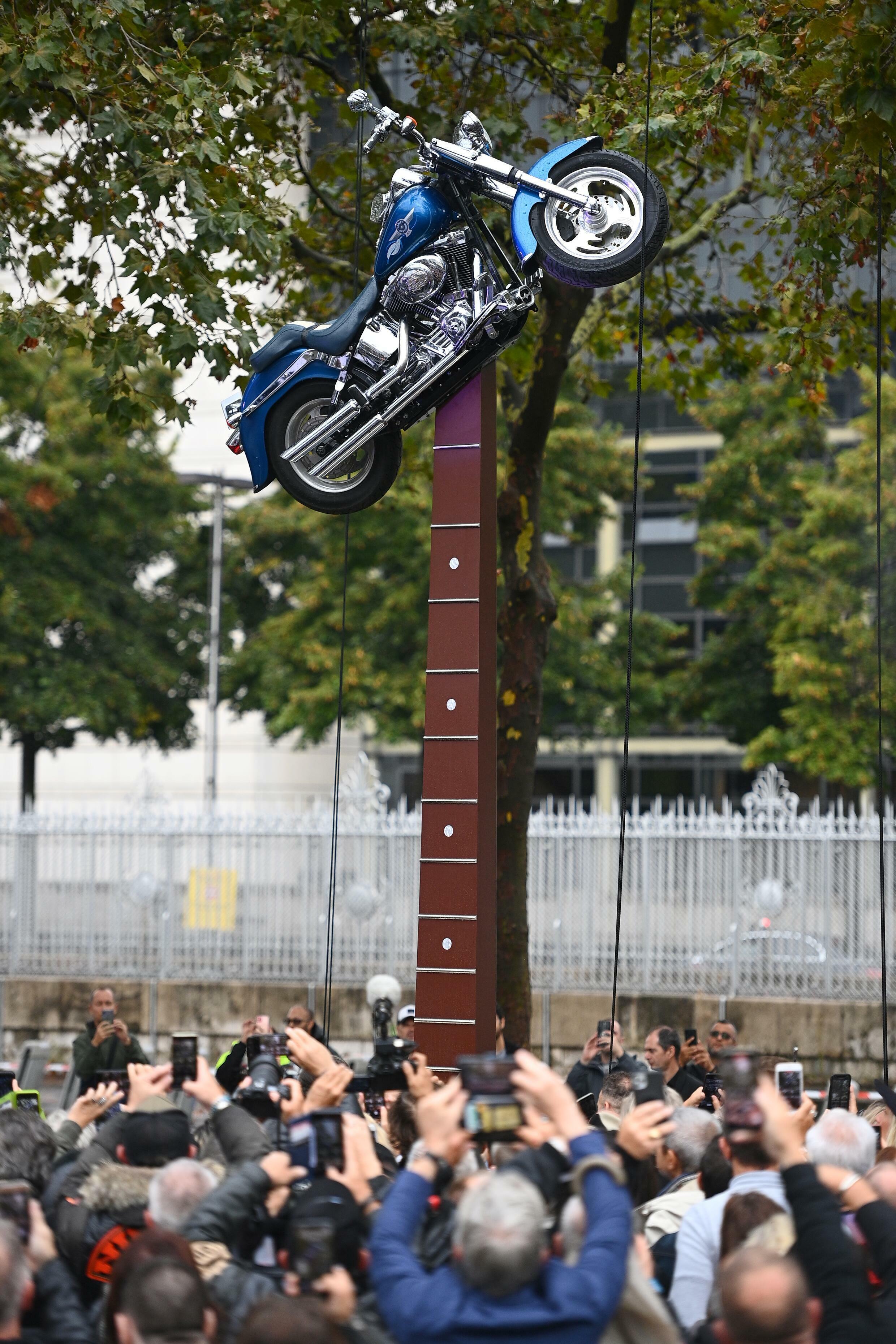 La nueva estatua presenta a la querida Harley Davidson de Hallyday posada en el extremo de una guitarra.
