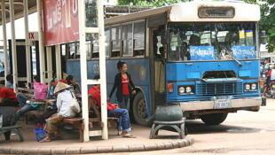 Bến xe đằng sau nhà ga Vientian (DR)