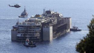 Le Costa Concordia quitte le port de Giglio, en Italie, le 23 juillet 2014.