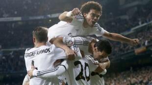 Pepe dan wasan Real Madrid yana murnan zira kwallo a ragar Atletico Madrid tare da abokan wasan shi a fafatawar zagayen dab da na karshe a gasar Copa del Ray a filin wasa na Santiago Bernabeu