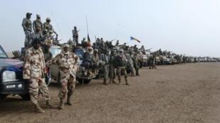 Une ligne formée par plusieurs centaines d'éléments de l'armée tchadienne à Kidal, le 7 février 2013.