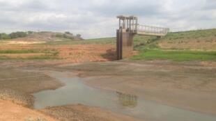 Le barrage de la Loka, pratiquement à sec.