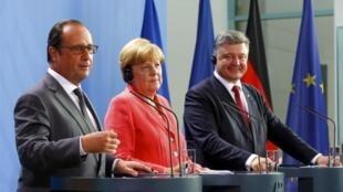 De gauche à droite: le président François Hollande, la chancelière Angela Merkel et le président Petro Porochenko, à Berlin, lundi 24 août 2015.