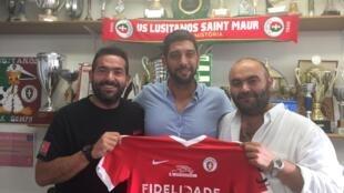 Luís Loureiro, novo treinador do Lusitanos Saint-Maur, ao centro, rodeado de Thierry Subtil e Tony Subtil, vice-presidentes do clube.