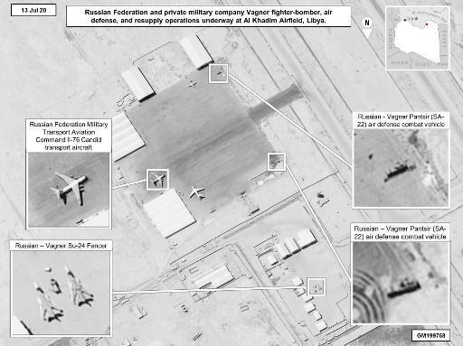 Cette photo satellite, que l'AFP s'est procurée auprès de l'Africom, dévoile le matériel mis à disposition par la Russie au groupe Wagner, selon les renseignements américains, à la base d'Al-Khadim, dont des chasseurs de combat, des missiles sol-air.