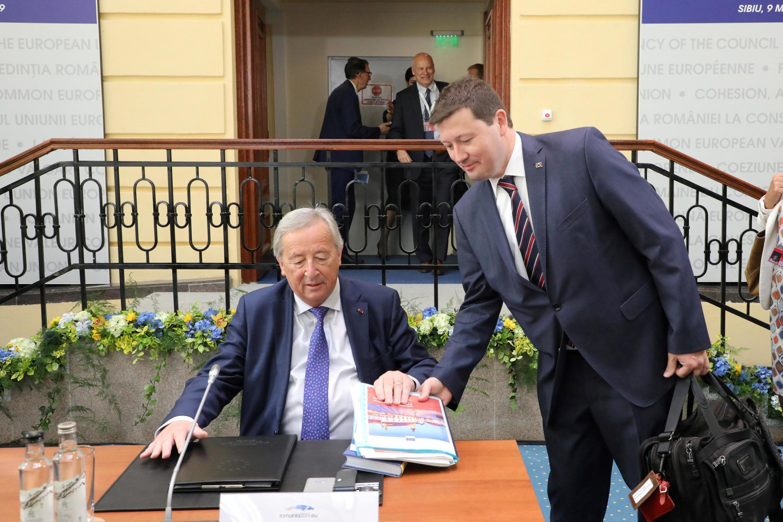 Chủ tịch Ủy Ban Châu Âu Jean Claude Juncker (T) tại thượng đỉnh không chính thức Sibiu, Rumani, ngày 09/05/2019