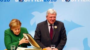 Lãnh đạo đảng CDU tại bang Hessen, Volker Bouffier và thủ tướng Angela Merkel tại một buổi vận động tranh cử ở Fulda, ngày 25/10/2018.