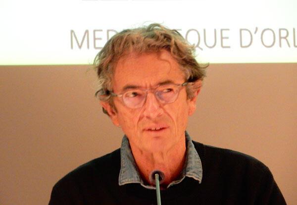 Le journaliste Antoine Glaser lors d'une table ronde à la Médiathèque d'Orléans le 27 février 2016.