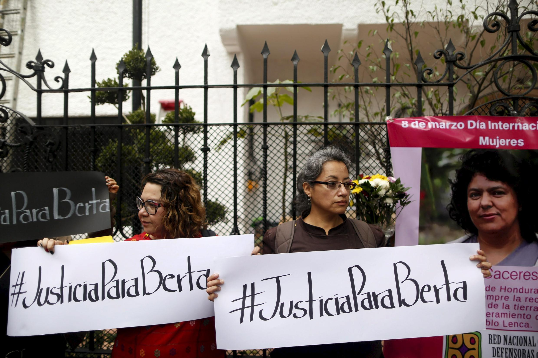 """Militantes piden """"Justicia para Berta"""" frente a la Embajada de Honduras en México, este 8 de marzo de 2016."""