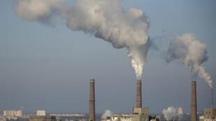 La fumée des tuyaux d'une installation de production d'électricité se lève sur les immeubles d'habitation à Kiev.