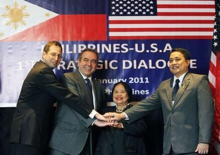 Trợ lý Ngoại trưởng Hoa Kỳ Kurt Kampbell (thứ 2 trái) trong cuộc đối thoại chiến lược Mỹ - Philippines lần thứ nhất, Manila, 27/1/2011.