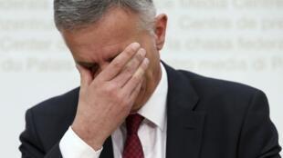 O presidente e chanceler da Suíça, Didier Burkhalter, chora durante coletiva com o resultado do referendo.