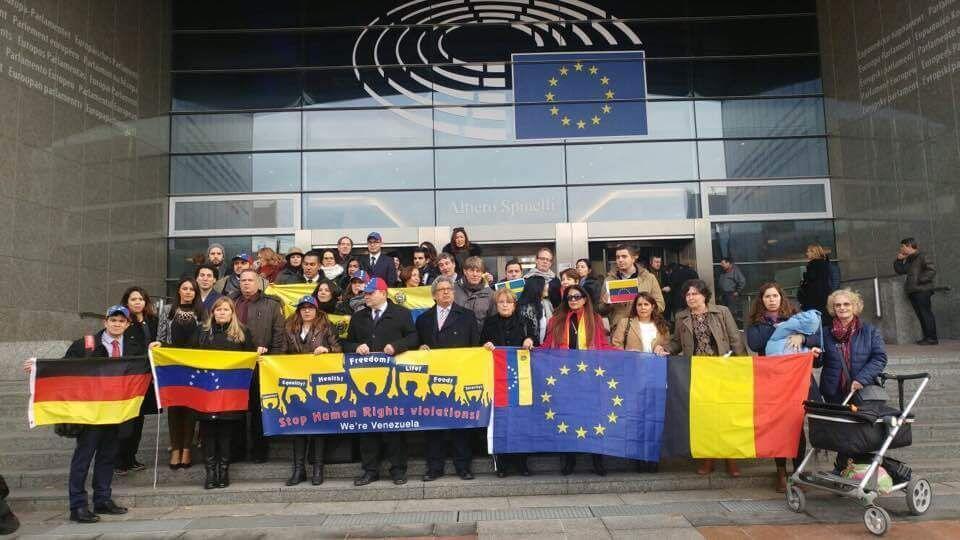 Venezolanos residentes en varios países europeos en la sede del Parlamento Europeo en Bruselas, este 7 de diciembre de 2016.
