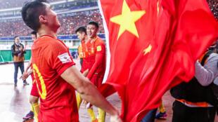 图为中国足球队在场上欢庆1比0战胜了韩国队