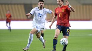 Fabián Ruiz protege el balón ante Ibrahim Dresevic durante el partido clasificatorio para el Mundial de 2022 disputado entre España y Kosovo el 31 de marzo de 2021 en la ciudad española de Sevilla