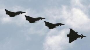 Các chiến đấu cơ Eurofighter EF-2000 Typhoon của Không quân Ý cất cánh từ căn cứ của NATO đặt tại Sicile, Ý.