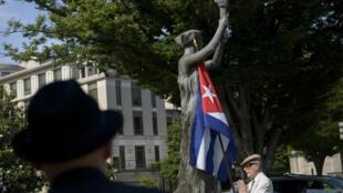 Le drapeau cubain accroché à la statue du mémorial des victimes du communisme à Washington, le 12 juin 2015.