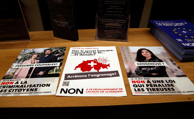 """Panfletos que llaman a votar """"No"""" para el referéndum del 19 de mayo sobre la propuesta de endurecer la legislación de armas, Swiss Gun Center, Ginebra."""