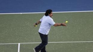 O ex-craque argentino Diego Armando Maradona, que atua como embaixador do futebol nos Emirados Árabes, entrou em quadra no ATP 500, 27 fevereiro 2013