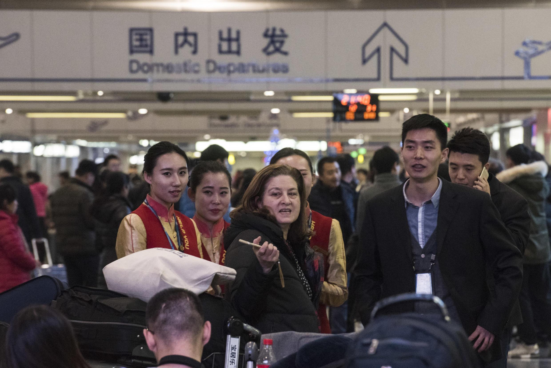 Ảnh minh họa: Nhà báo Ursula Gauthier (G) của tuần báo L'Obs, bị trục xuất khỏi Bắc Kinh ngày 31/12/2015.