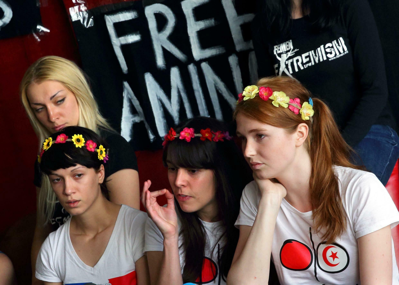 Les militantes Femen, tout juste libérées, témoignent de leurs conditions de détention en Tunisie.