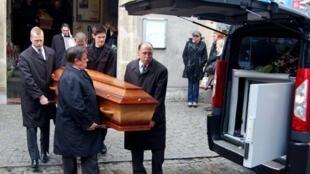 Des employés des services funéraires transportent les cercueils des Français Gérald Fontaine et Johanna Delahaye lors d'une cérémonie, ce samedi 5 mai 2012 à Boulogne-sur-Mer.