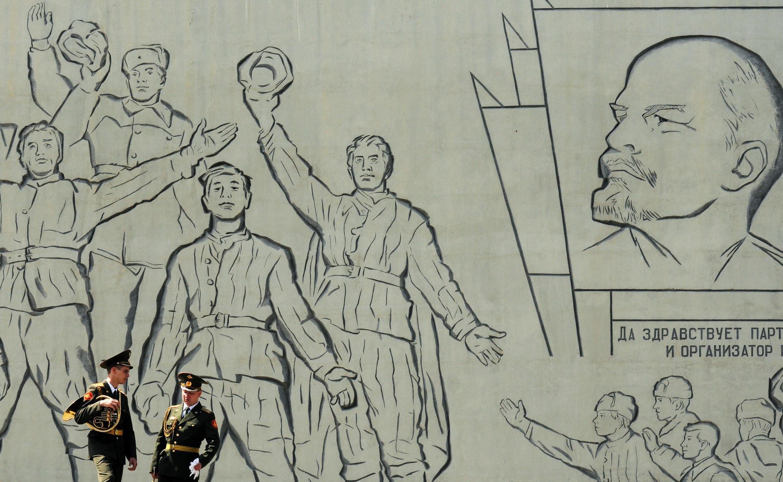 Músicos do Exército em frente ao monumento em homenagem aos heróis da Segunda Guerra em 2011, em Volgograd, na Rússia.