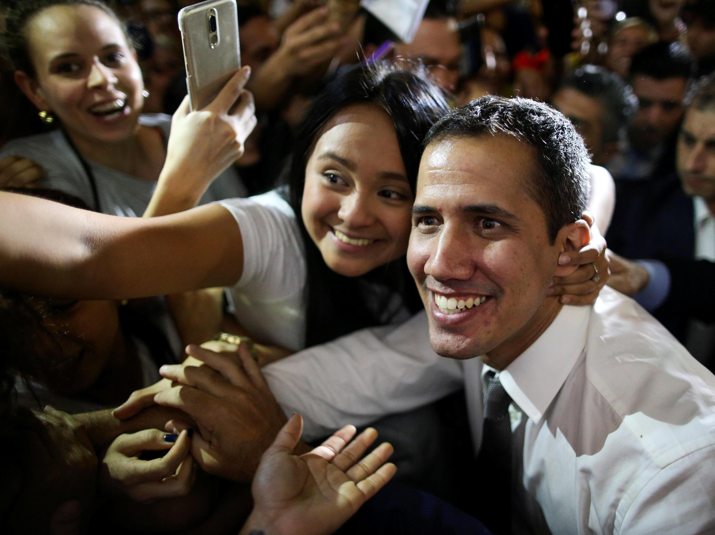 O opositor venezuelano Juan Guaidó foi aclamado por uma multidão em Buenos Aires, na sexta-feira (1°).