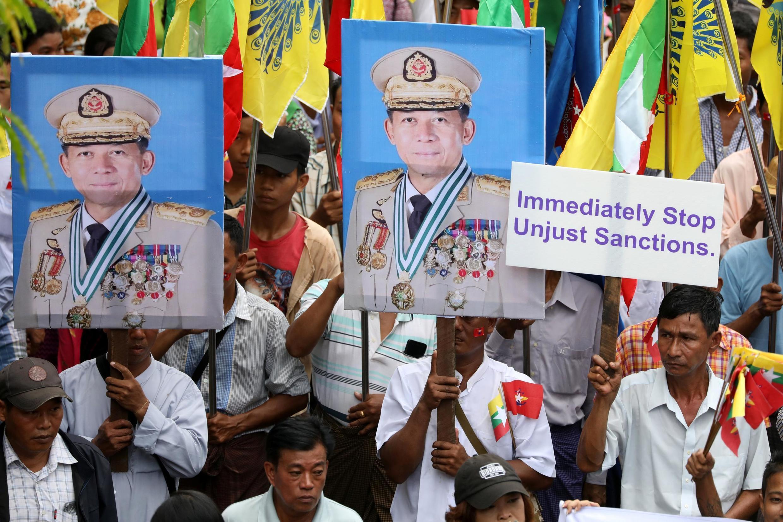 Biểu tình ủng hộ quân đội tại Rangoon ngày 03/08/2019, phản đối Mỹ trừng phạt tổng tư lệnh quân đội Miến Điện Min Aung Hlaing.