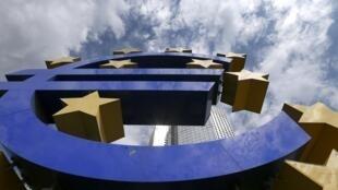 Le logo de l'euro devant le siège de la BCE à Francfort.