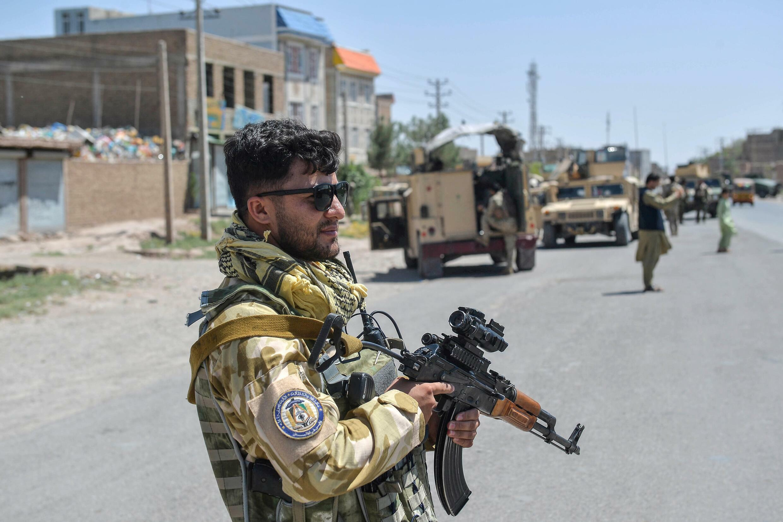 Un comando del Ejército Nacional Afgano monta guardia a lo largo de una carretera en el distrito de Enjil, en la provincia de Herat, el 1 de agosto de 2021