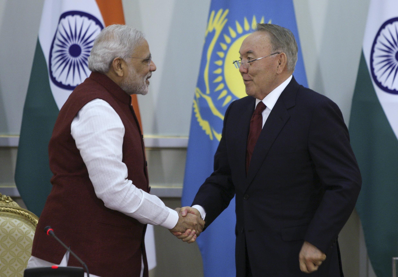 Премьер-министр Индии Нарендра Моди (слева) и президент Казахстана Нурсултан Назарбаев, Астана, 8 июля 2015.