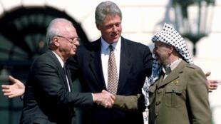 La célèbre poignée de main du 13 septembre 1993 entre le Premier ministre israélien Yitzhak Rabin et le représentant de l'OLP, Yasser Arafat.