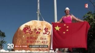 Du khách Trung Quốc trên đảo Ba Ba, nằm trong nhóm đảo Lưỡi Liềm, thuộc quần đảo Hoàng Sa bị Trung Quốc chiếm đóng. Ảnh chụp màn hình France 2.