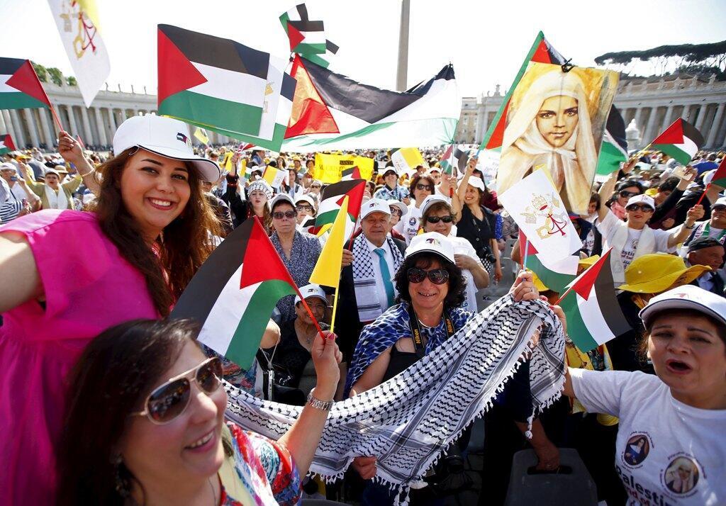 两位巴勒斯坦人修女和法意两修女被教皇封圣,上千巴勒斯坦人到梵蒂冈举旗庆祝2015年5月17日