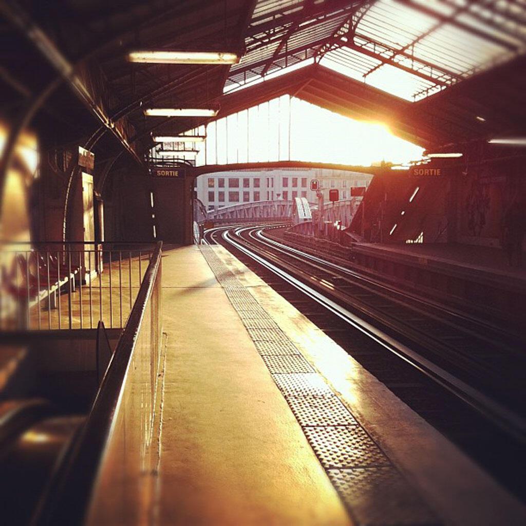 La station de métro Sèvres-Lecourbe à Paris au petit matin.