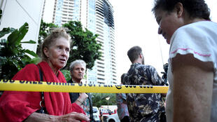 Эвакуированные жители небоскреба Марко Поло в Гонолулу (Гавайи), 14 июня 2017 г.
