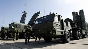 Des soldats russes vérifiant leur armement.