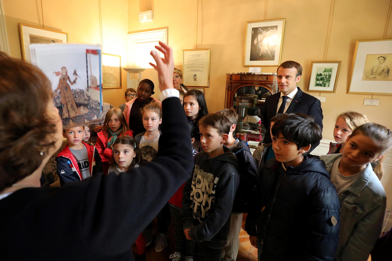 """امانوئل ماکرون همراه با دانشجویان در قصر """"مونته کریستو"""" ، محل زندگی الکساندر دوما."""