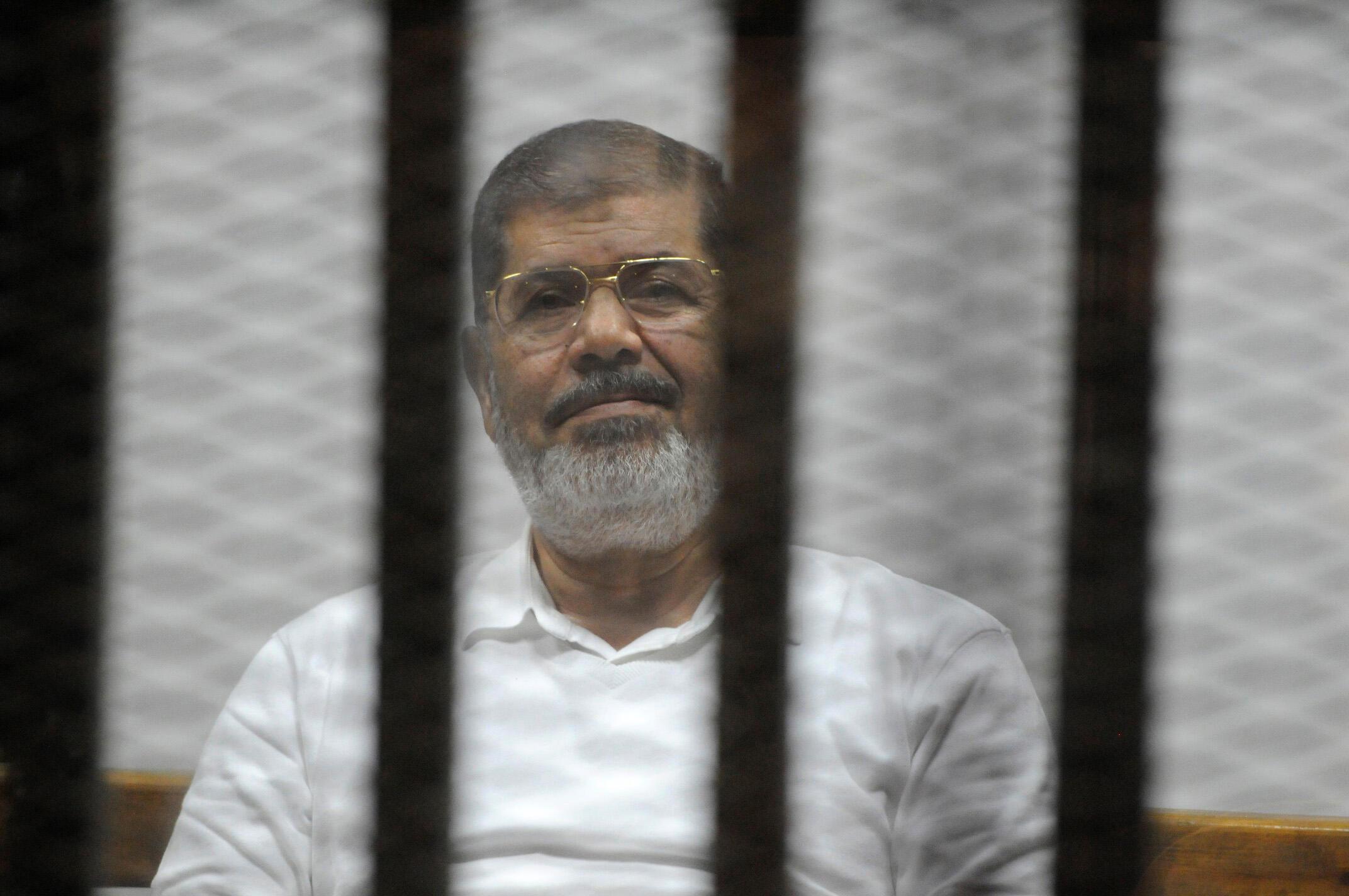 O ex-presidente egípcio Mohamed Mursi fotografado em um tribunal no Cairo, no ano passado.