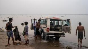 Lors de l'épidémie de Covid-19 en Inde: nettoyage d'une ambulance dans le fleuve Gange, juillet 2020 (illustration).