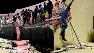 La partie du mur effondré du stade Demba-Diop après des affrontements entre supporters, le 15 juillet 2017 à Dakar. L'incident a fait au moins huit morts.