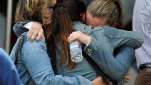 Parentes de uma vítima do acidente de trem em Santiago de Compostela.