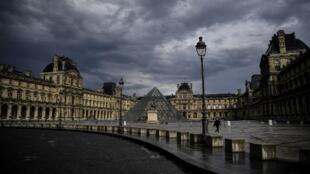 В Париже и еще восьми крупнейших городах Франции комендантский час действует с полуночи субботы, 17 октября.